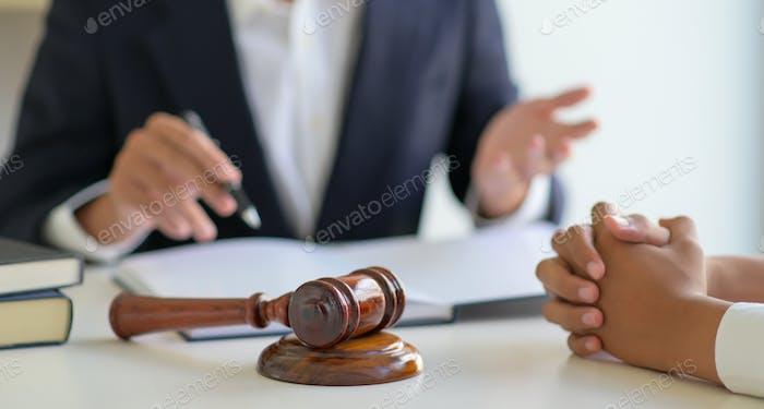 Abgeschnittene Schuss von Rechtsanwälten geben Beratung an Kunden in der Kanzlei.