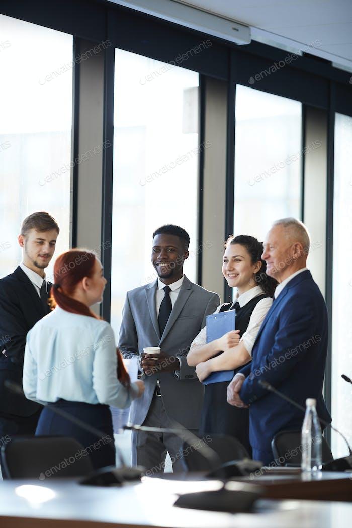 Fröhliches Business-Team diskutieren Projekt
