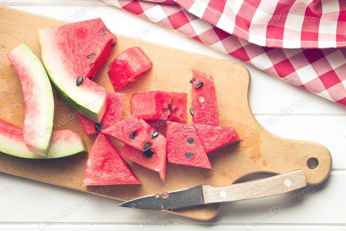 geschnittene Wassermelone auf Küchentisch