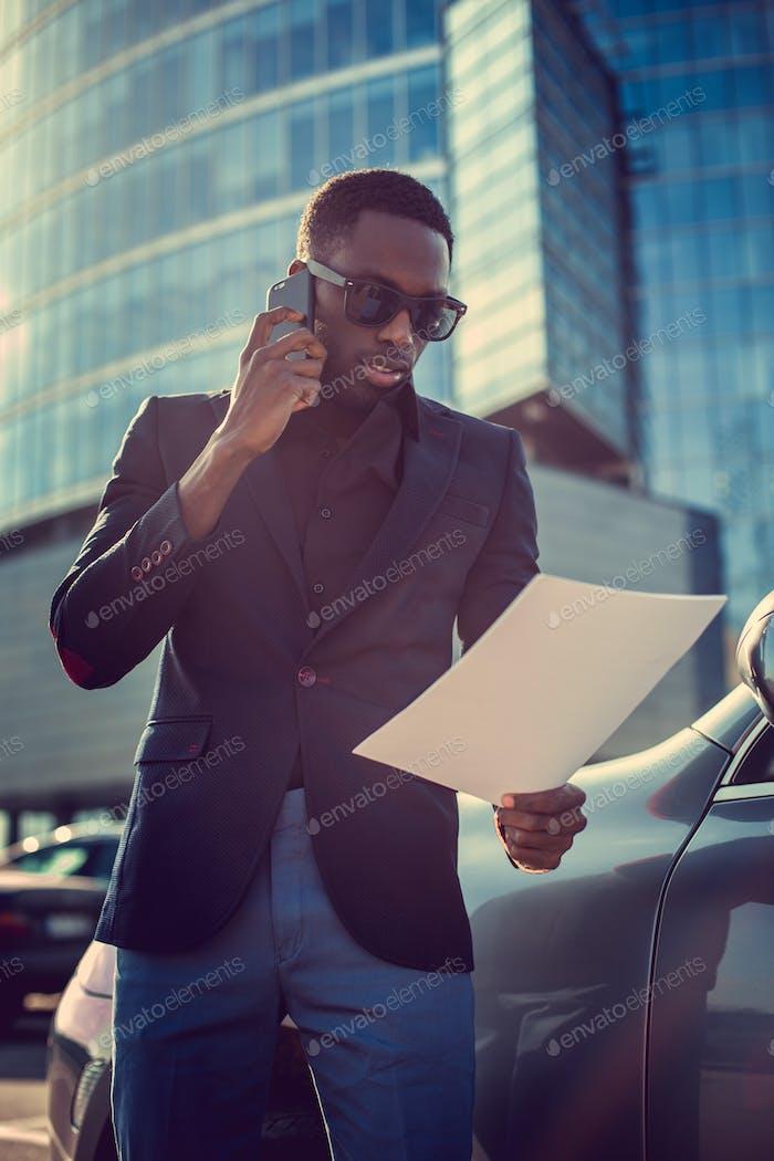 Afroamerikaner Busi per Smartphone und nach Papierdokument