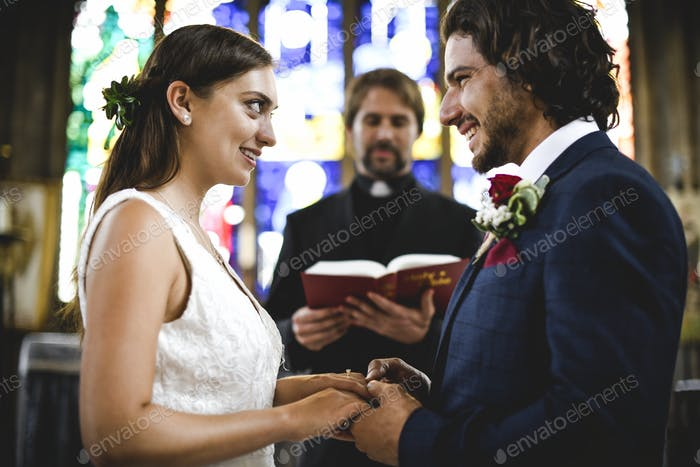 Braut und Bräutigam am Altar