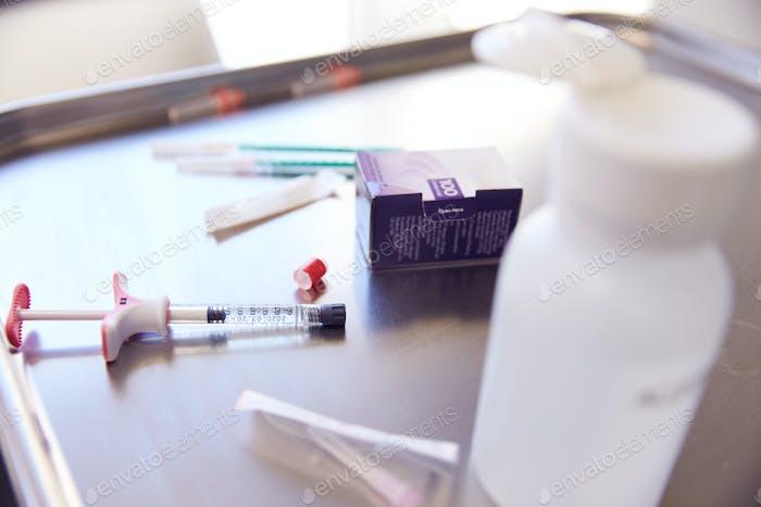 Nahaufnahme von Spritze und Behandlung für Botox-Injektion