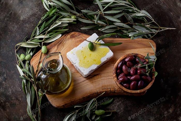 Griechische Mezze Oliven und Feta