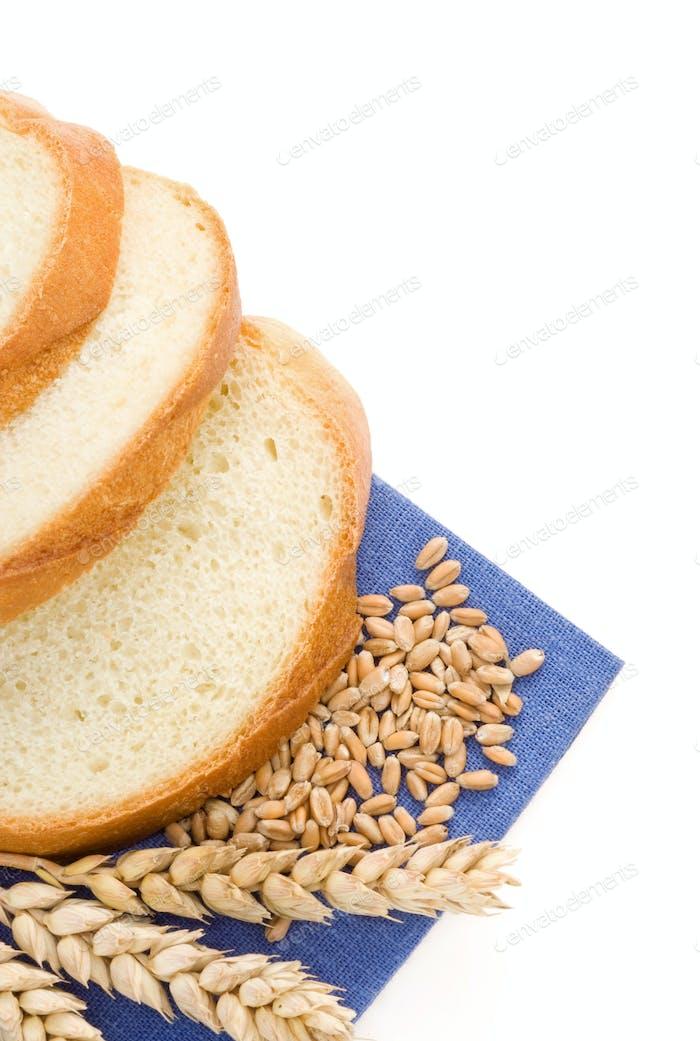 pan en rodajas y espigas de trigo