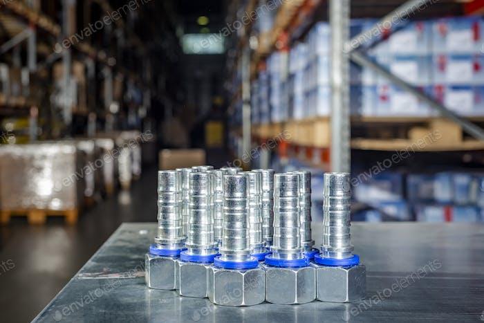 Herrajes hidráulicos de Metal se encuentra en la mesa de plata en el almacén