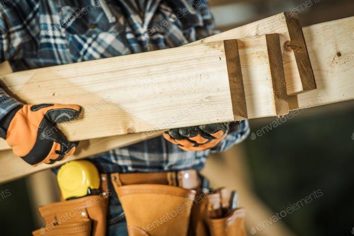 Bauunternehmer mit Holz