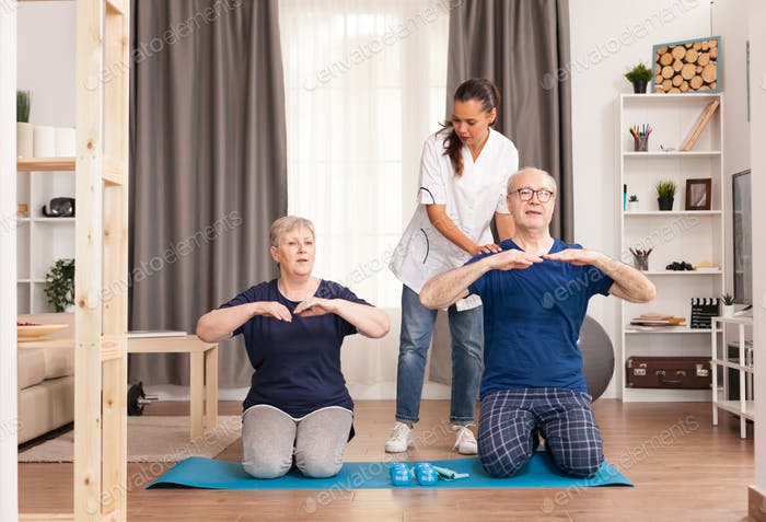 Paar Physiotherapie mit Krankenschwester