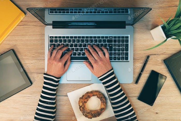 Vida en la oficina, manos Mujer Trabajo en la Ordenador Ordenador portátil, vista superior