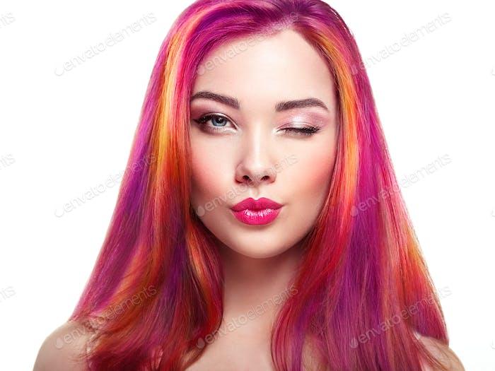 Beauty Mode-Modell Mädchen mit bunten gefärbten Haaren
