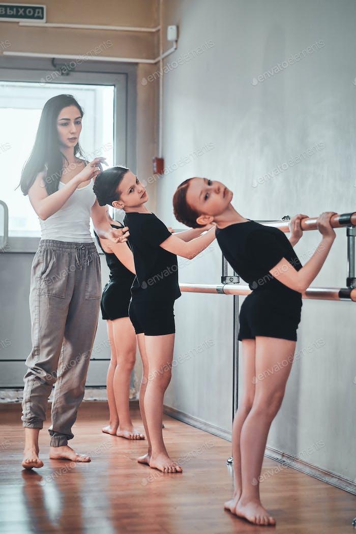 Ежедневная репетиция молодых балерин с преподавателем