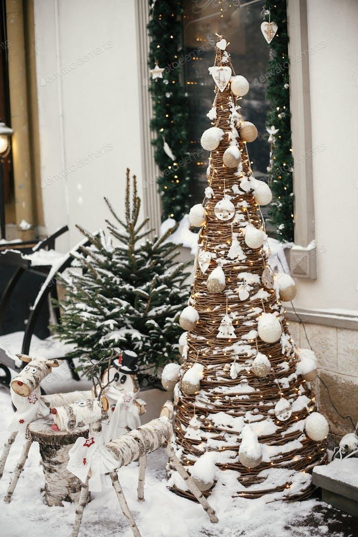Stilvolle Weihnachten Holz Rentier und Schneemann am rustikalen Weihnachtsbaum
