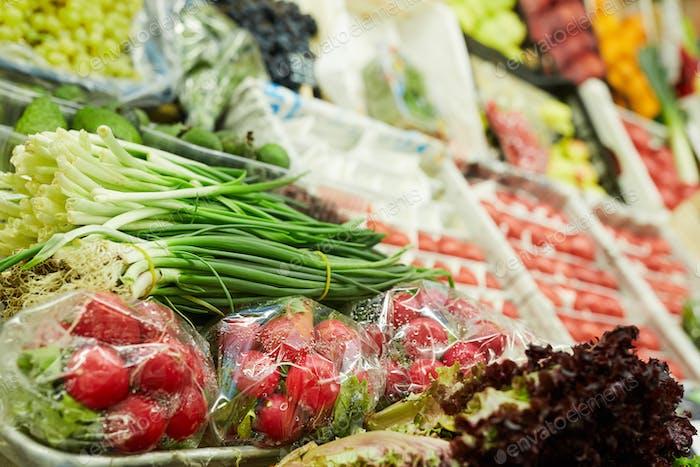 Puesto de verduras en el mercado de agricultores