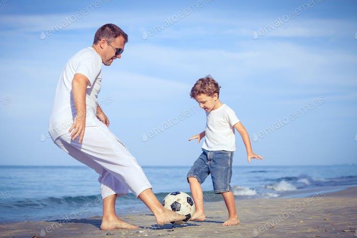 Thumbnail for Vater und Sohn spielen am Strand zur Tageszeit.