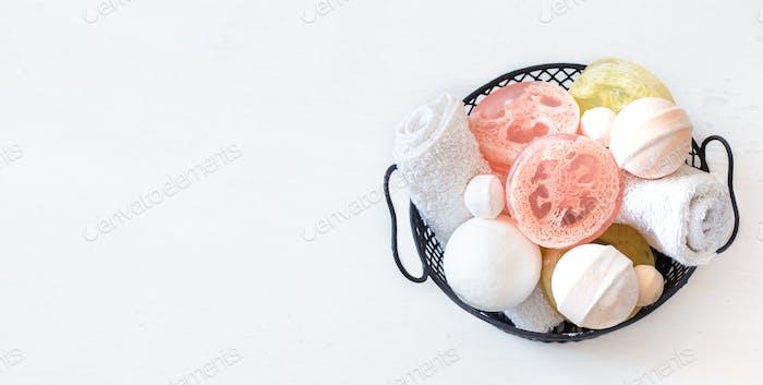 Фон с мылом и предметами ухода в корзине