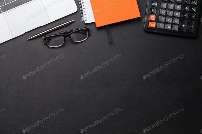 Büroarbeitsplatz mit Zubehör und Computer
