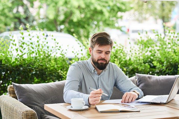 Lächelnd Geschäftsmann genießen Arbeiten in Cafe