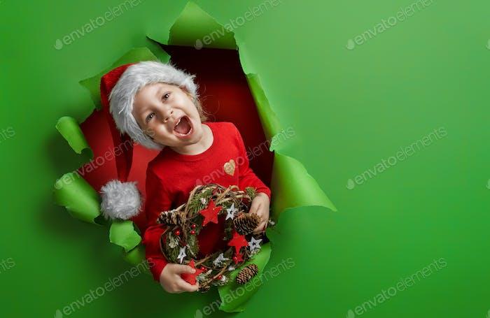 Mädchen in Santa Hut auf hellen Farbe Hintergrund