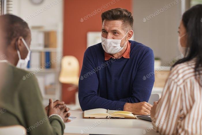 Люди в масках в деловой встрече