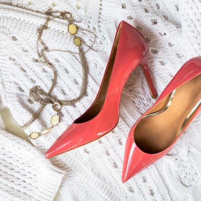 Stiletto-Schuhe oder High Heels und weißer Pullover