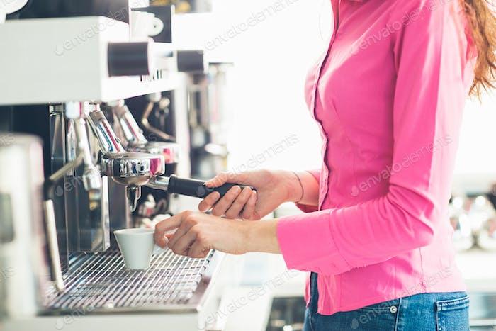 Kellnerin Kaffee machen