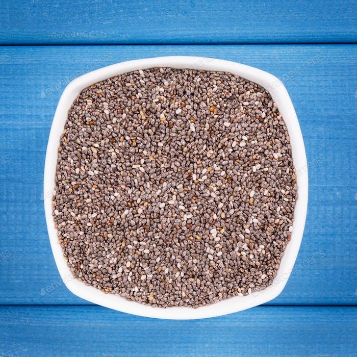 Haufen von Chiasamen, Konzept der gesunden Ernährung mit natürlichen Vitaminen, Ballaststoffen und Mineralien