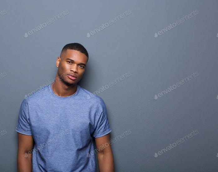 Porträt eines attraktiven afrikanischen Amerikaners