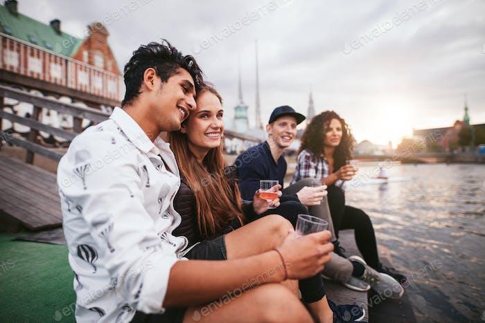 Freunde genießen Getränke im Urlaub