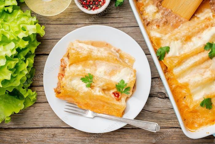 Cannelloni mit Füllung von Hackfleisch, Tomaten,