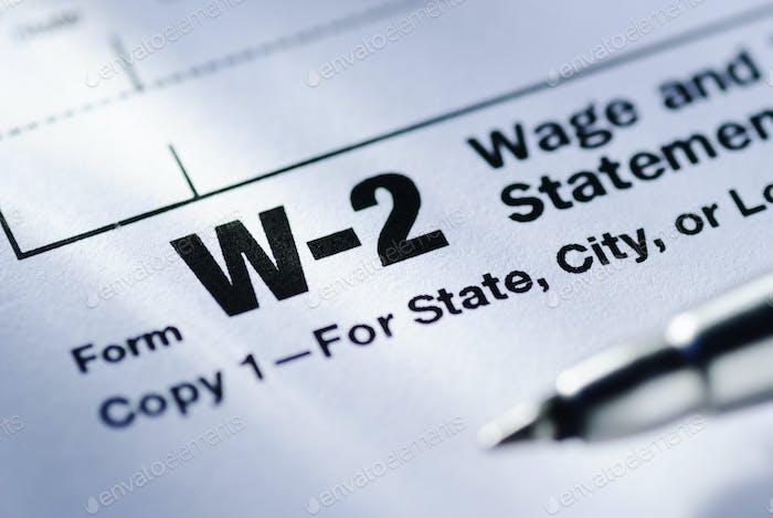 Stift auf einem Formular W-2 Lohn- und Steuererklärung