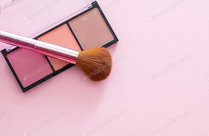 Blush Compact Paleten-Kit auf rosa Hintergrund, Kopierraum