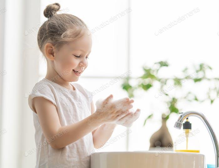 Mädchen ist Händewaschen