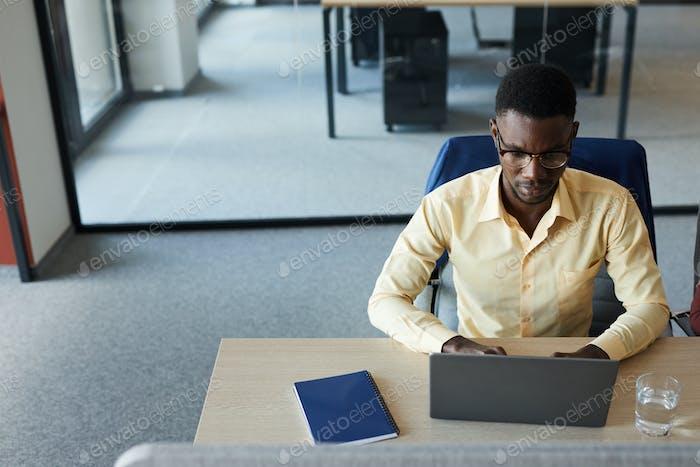 Exitoso empresario africano vista superior