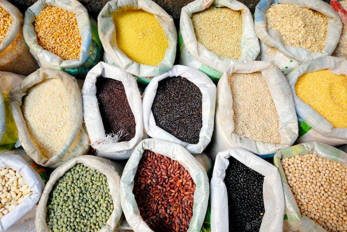 Säcke mit gesunden Hülsenfrüchten und Getreide.
