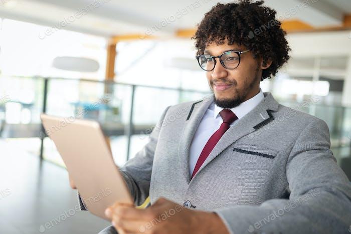 Afroamerikaner Geschäftsmann mit Tablet Nahaufnahme