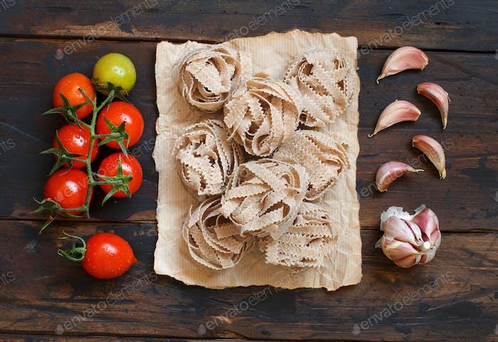 Whole wheat pasta tagliatelle, tomatoes and garlic