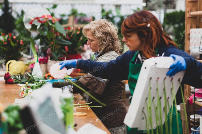 Zwei Floristen arbeiten in einem Kinderzimmer.