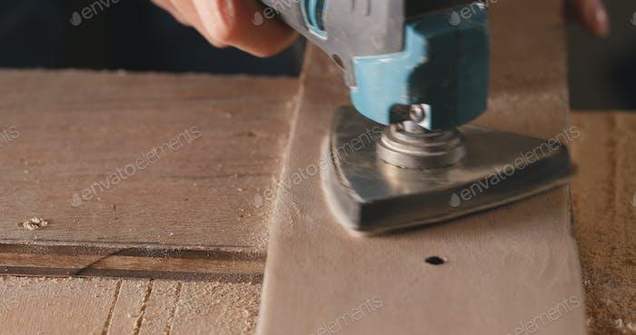 Holzschleifer mit elektrischem Handfräser