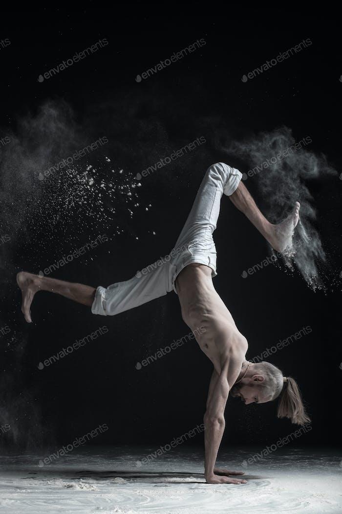 Flexible Yoga Mann tun Handbalance Asana vrischikasana.