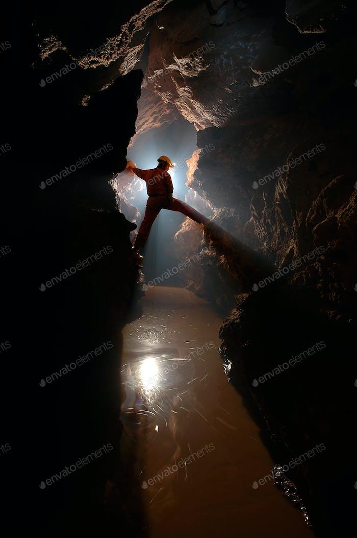Spelunker erkunden eine Höhle