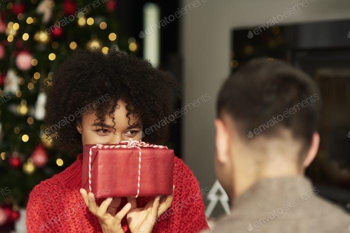 Afrikanische Frau, die das Weihnachtsgeschenk