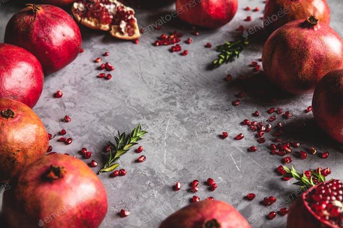 Granatapfelfrucht. Reife und saftige Granatapfel auf rustikalem grauen Hintergrund mit Kopierraum Ihr Text