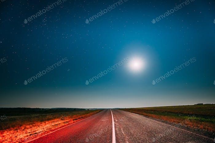 Noche Cielo Estrellado Con Luna Por Arriba País Carretera De Asfalto En País