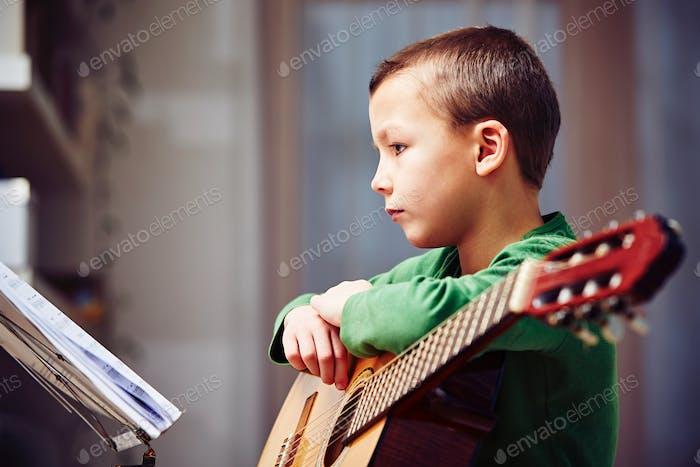 Kleiner Gitarrist