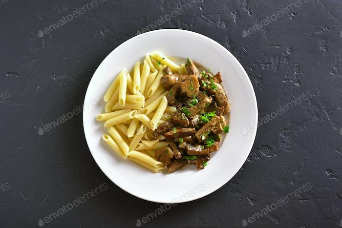 Rindfleisch Stroganoff und Nudeln