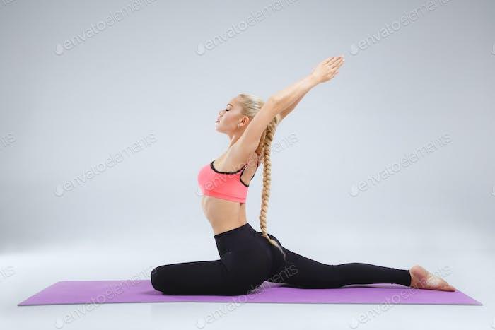 Stretching im weißen Studio