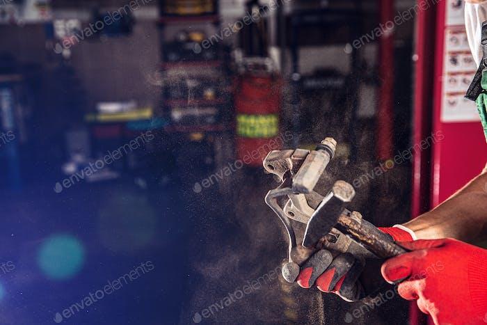 Automechaniker macht die Wartung