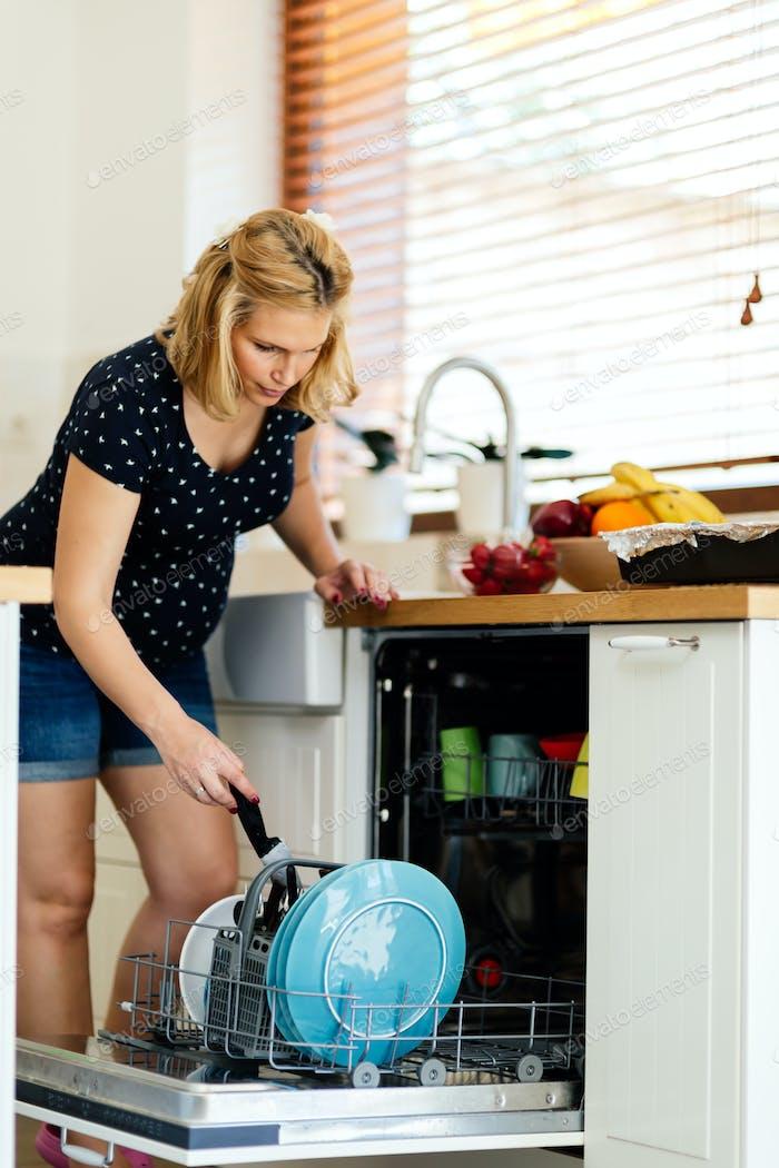 Schwangere Frau tun Hausarbeit