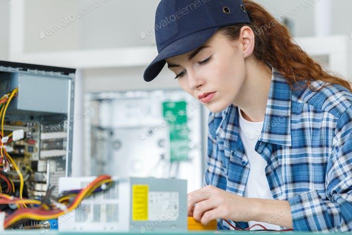 weiblicher PC-Techniker Fixierung eines PC