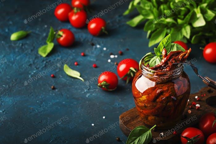 Getrocknete Tomaten in Olivenöl mit grünem Basilikum