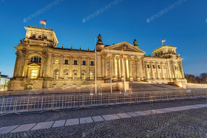 Der deutsche Reichstag in Berlin bei Morgendämmerung